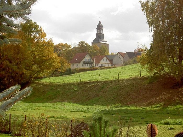 Blick vom Reitplatz zur Kirche.