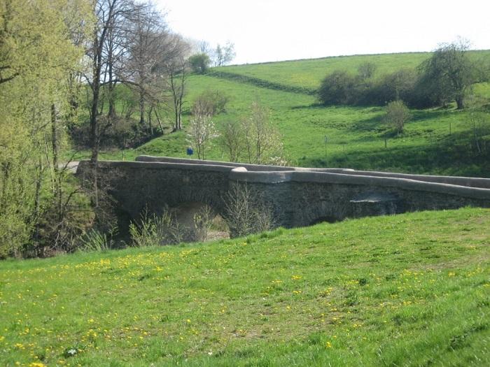 Die alte Steinerne Brücke wurde durch das Augusthochwasser 2002 stark beschädigt und im Jahr 2004 aufwendig saniert.