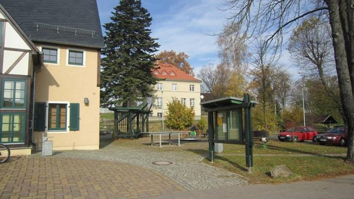 Der Dorfplatz ist das Zentrum des Ortes. Hier steht das Dorfgemeinschaftshaus, in dem neben öffentlichen Räumen auch die Feuerwehr untergebracht ist. Eine Sitzecke und einige Spielgeräte laden zum Verweilen ein. Die alte Schule wurde 2009 zum Wohnhaus umge