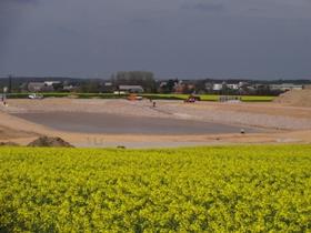Das Regenrückhaltebecken wird künftig die Oberflächenwässer von 20 Hektar Gewerbefläche aufnehmen.