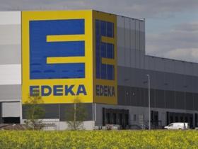 Die beiden Edeka-Logos sind von der Bundesautobahn aus weithin sichtbar. Dies ist nicht verwunderlich, da allein die gelbe Fläche als Logountergrund 18 mal 14 Meter groß ist.