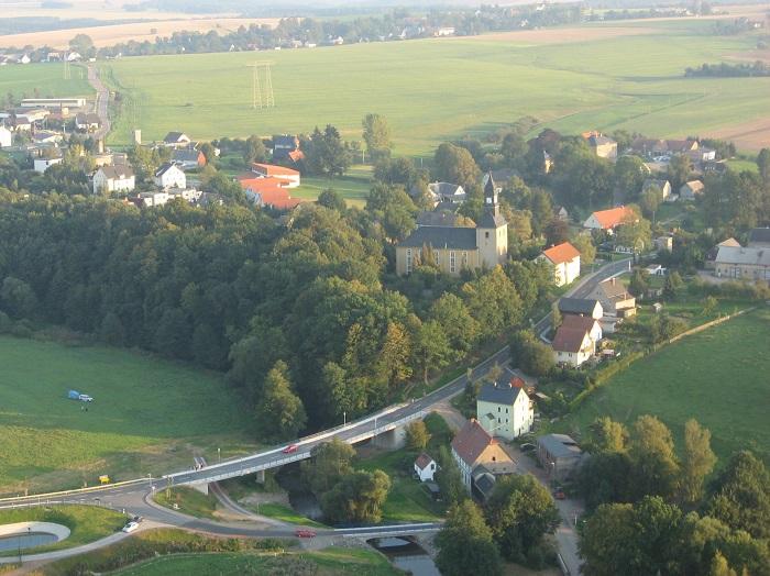 Blick über Pappendorf in Richtung Mobendorf. Die neue gebaute Staatsstraße S 34 verbindet den Ort auf kurzem Wege mit der Autobahnanschlussstelle Berbersdorf.
