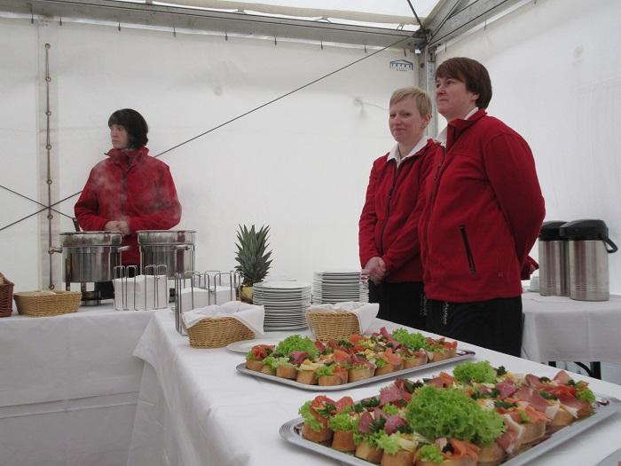 Das Catering im Festzelt hatte der Partyservice Torsten Kaufmann aus Arnsdorf bestens organisiert.
