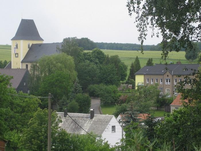 Teilortsansicht mit Blick zur Kirche und zur Grundschule.