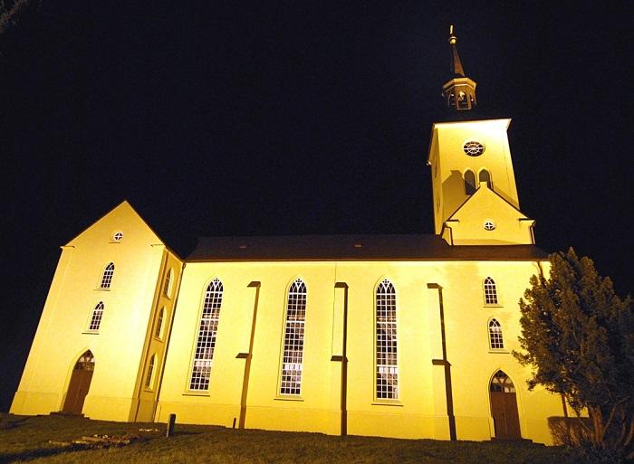 In der Adventszeit wird die Kirche bei Einbruch der Dunkelheit angestrahlt.
