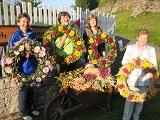 Eine alte Tradition pflegen diese Frauen, sie binden Kränze für das Erntedankfest des Marbacher Heimatvereines.