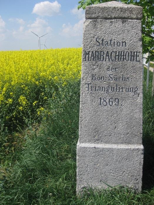 Station Marbachhöhe, als historischer Vermessungspunkt oberhalb der Ortslage Marbach, an der Staatsstraße S 34.