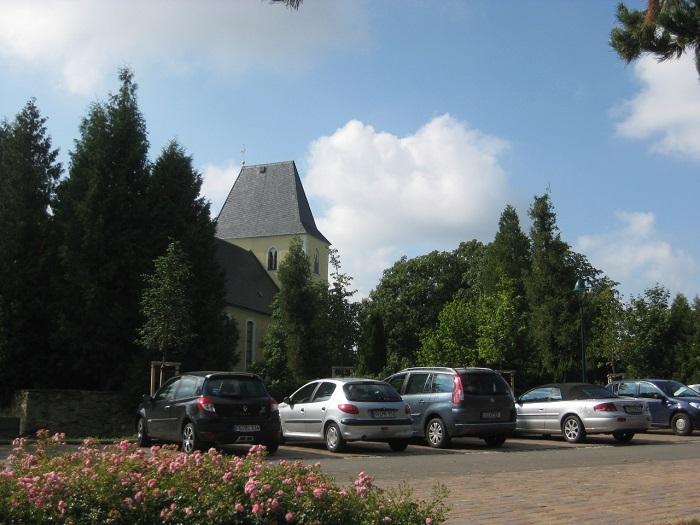 Neuer Parkplatz am Schul- und Kirchengelände