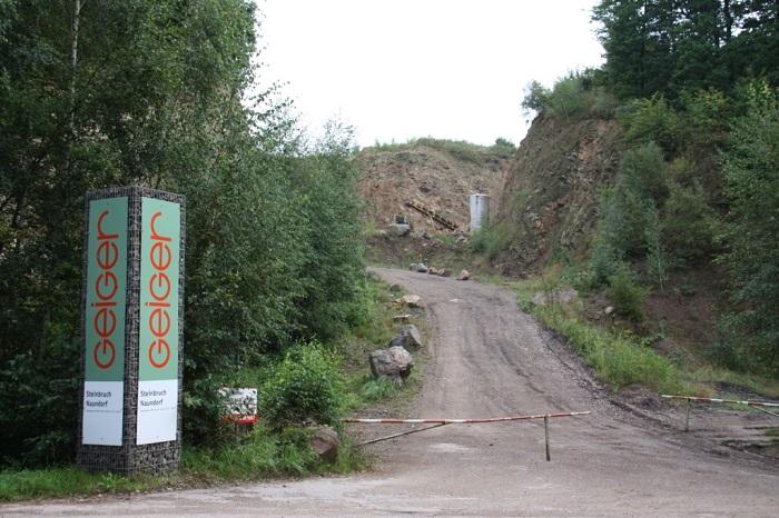 Zufahrt zum Gesteinsabbaubetrieb Geiger zwischen Naundorf und Böhrigen