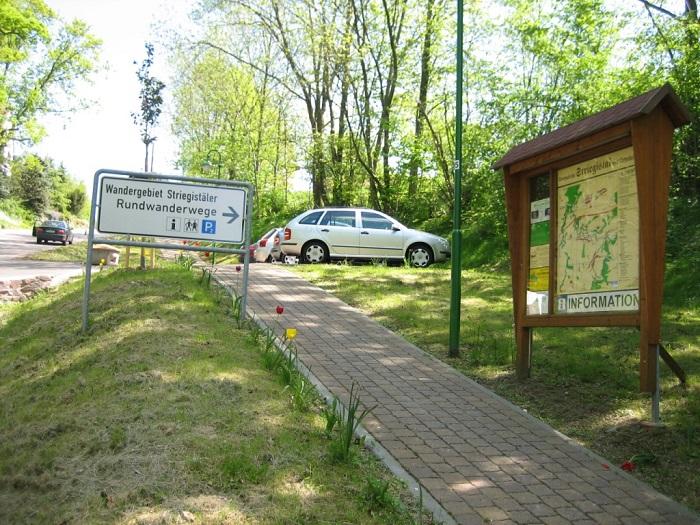 Der Fußweg am Goßberger Berg verbindet den Wanderweg mit dem Wanderparkplatz und dem Ort.