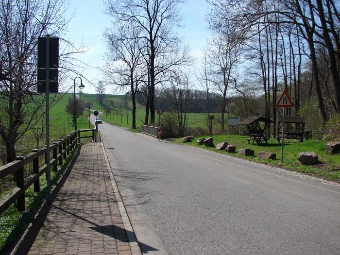 Der Wanderweg durch das Tal der Großen Striegis führt hier nach links in Richtung Mobendorf, nach rechts Richtung Pappendorf.